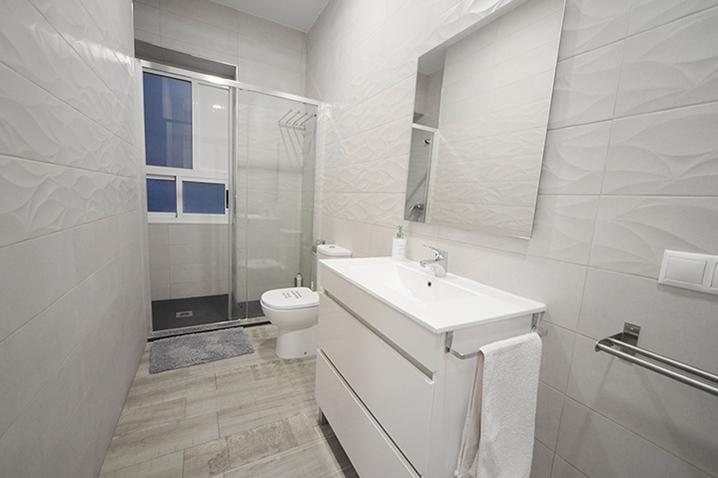 Baño en Apartamentos Romero cerca de Postiguet